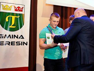 Kamil Rybicki odbiera wyr+-+-nienie