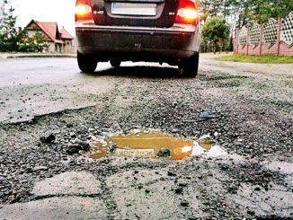Dziury w drogach, to już stały element pojawiający się wraz z odwilżą  Fot. Janusz Szostak