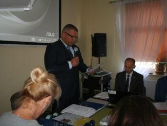 Mariusz Mikulski, przewodniczący Rady Gminy informuje, że zarówno rada gminy, jak i urząd nie ma możliwości karania za bałagan na prywatnych nieruchomościach.