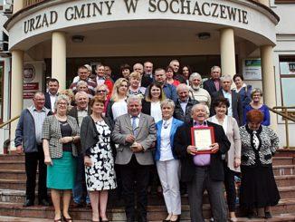 Po sesji radni i sołtysi upamiętnili się na zdjęciu z Orłem