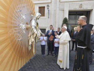 Ojciec Święty błogosławi ołtarz adoracji do Niepokalanowa